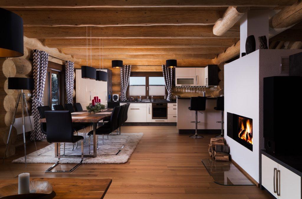 Moderný nábytok v drevenej stavbe